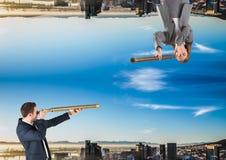 encima del lado de ciudad abajo hombres y mujer que se miran con el telescopio Foto de archivo libre de regalías