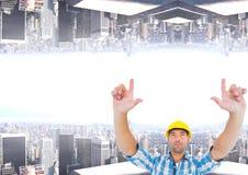 encima del lado de trabajador de construcción de la ciudad abajo Foto de archivo