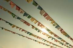 Encima del tibetano de la bandera de la visión para el Buda y la luz del sol Imágenes de archivo libres de regalías