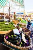 Encimera con la berenjena, las remolachas, las pimientas y las hierbas Verduras en mercado Imagen de archivo libre de regalías