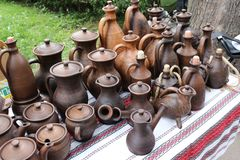 Encimera con las producto-botellas de cerámica, floreros, jarros Fotos de archivo