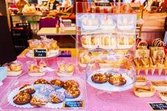 Encimera con los pasteles franceses en los floreros de cristal Fotografía de archivo libre de regalías