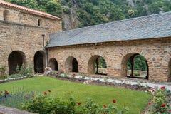 Enclaustre el jardín de la abadía Románica de San Martín du Canig Fotografía de archivo libre de regalías