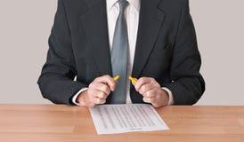 Enclenché - homme au bureau avec le crayon cassé, tension photos libres de droits