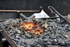 Enclume de main avec du charbon Incendie Photographie stock