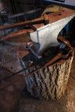 Enclume de main Outils dans la vieille boutique de forgeron Image stock
