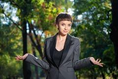 Encolhos de ombros novas insolúveis da mulher de negócio seus ombros Foto de Stock