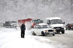 Encombrement sur la route dans la neige images stock