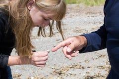 Encontró la moneda vieja en la playa Imágenes de archivo libres de regalías