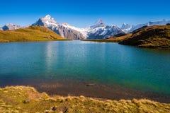 Encontrando Bachalpsee ao caminhar primeiramente aos cumes de Grindelwald Bernese, Suíça imagens de stock