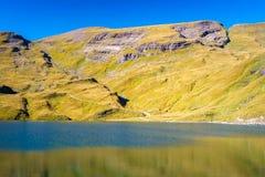 Encontrando Bachalpsee ao caminhar primeiramente aos cumes de Grindelwald Bernese, Suíça imagem de stock royalty free