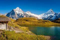 Encontrando Bachalpsee ao caminhar primeiramente aos cumes de Grindelwald Bernese, Suíça fotos de stock royalty free