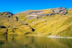Encontrando Bachalpsee ao caminhar primeiramente aos cumes de Grindelwald Bernese, Suíça fotografia de stock