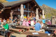 Encontrando Bergrestaurant primeiramente ao caminhar aos cumes de Grindelwald Bernese, Suíça fotografia de stock