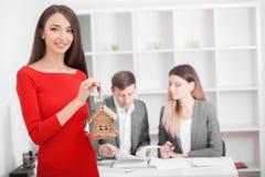 Encontrando con el agente en oficina, comprando alquilando el apartamento o la casa, fotos de archivo