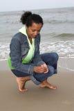 Encontrando escudos na praia fotos de stock royalty free