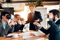 Encontrando homens de negócios chineses no escritório Os homens estão usando a realidade virtual imagens de stock royalty free