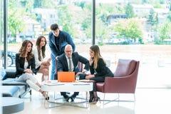 Encontrando o conceito incorporado dos trabalhos de equipa da sessão de reflexão do sucesso foto de stock royalty free