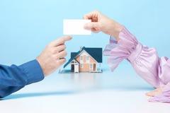 Encontrando o corretor de bens imobiliários imagens de stock