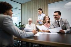 Encontrando o negócio incorporado do sucesso que conceitua o conceito dos trabalhos de equipe imagem de stock royalty free