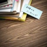 Encontrando 8 PM; A pilha de originais de negócio na mesa Foto de Stock