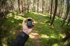 Encontrando a posição direita na floresta através dos gps Foto de Stock Royalty Free