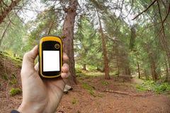 Encontrando a posição direita na floresta através dos gps Imagem de Stock Royalty Free