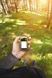 Encontrando a posição direita na floresta através dos gps Imagens de Stock