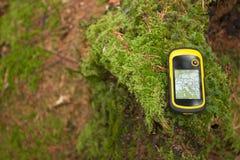 Encontrando a posição direita na floresta com gps Fotografia de Stock