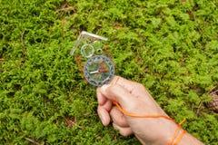 Encontrando a posição direita na floresta com kompass Fotografia de Stock Royalty Free