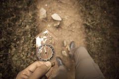 Encontrando a posição direita na floresta com um compasso, vintage Imagens de Stock