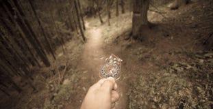 Encontrando a posição direita na floresta com um compasso, vintage Fotos de Stock Royalty Free