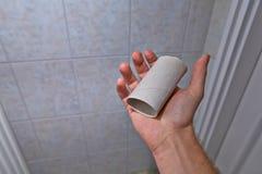 Encontrar el rollo vacío en el lavabo Imagen de archivo libre de regalías