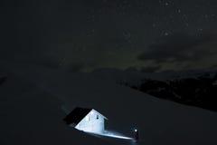 Encontrar la cabina de la montaña en la noche Imágenes de archivo libres de regalías