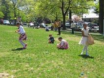 Encontrar los huevos de Pascua Fotos de archivo libres de regalías