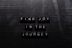 Encontre a alegria na viagem em blocos de madeira Conceito da educa??o, da motiva??o e da inspira??o ilustração royalty free