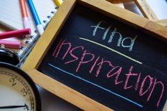 Encontre a inspiração em escrito à mão colorido da frase no quadro, no despertador com motivação e nos conceitos da educação imagem de stock royalty free