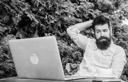 Encontre o assunto para escrever Trabalhador em linha dos mass media Escreva o artigo para o compartimento em linha Internet surf imagens de stock royalty free