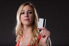 Encontre o cujo é este cartão de crédito imagem de stock royalty free