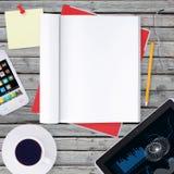 Encontre-se no smartphone de madeira do assoalho, tabuleta e abra-se Imagens de Stock Royalty Free