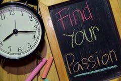 Encontre sua paixão em escrito à mão colorido da frase no quadro imagem de stock