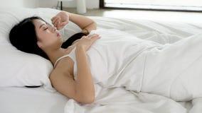 Encontro asiático bonito do sono da jovem mulher na cama com cabeça na câmera movente confortável e feliz do descanso da filtraçã video estoque