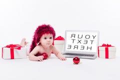 Encontro bonito do bebê despido em seu estômago em um fundo branco Imagens de Stock