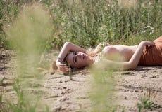 Encontro da jovem mulher em topless Fotos de Stock Royalty Free