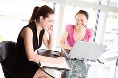 Encontro das mulheres de negócios Fotos de Stock