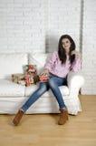 Encontro de relaxamento da mulher confortável no sofá Imagem de Stock