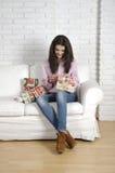 Encontro de relaxamento da mulher confortável no sofá Imagem de Stock Royalty Free
