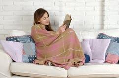 Encontro de relaxamento da mulher confortável no sofá Imagens de Stock