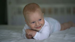 Encontro de riso do bebê bonito na cama video estoque
