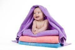 Encontro de sorriso do bebê recém-nascido em uma pilha de toalhas Imagens de Stock